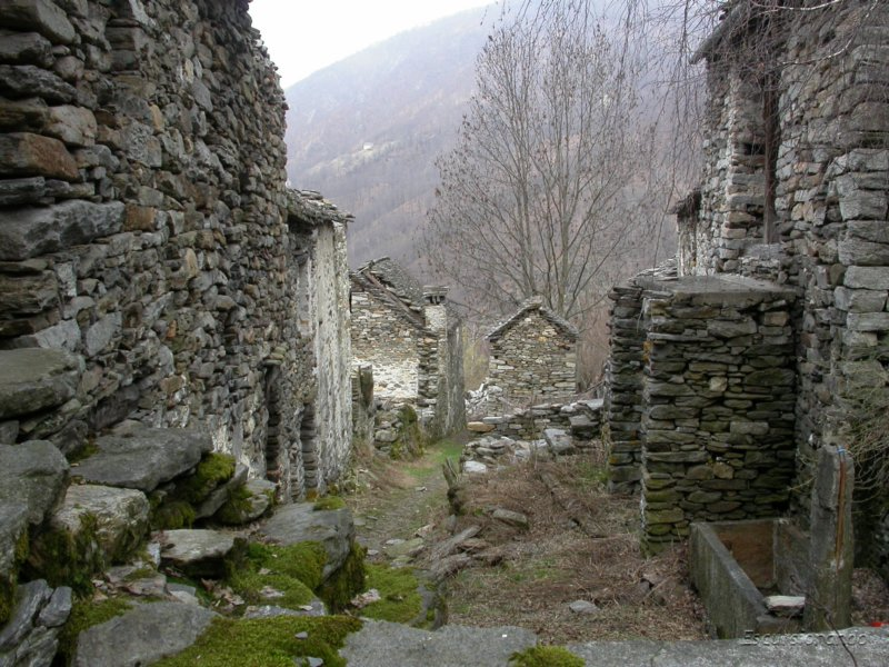 Tra le case abbandonate di marone for Seminterrato di case abbandonate